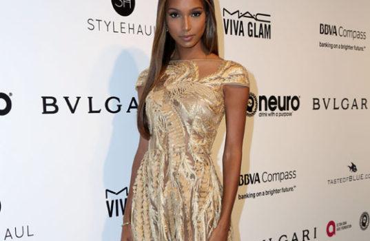 Модель Жасмин Тукс в вечернем платье