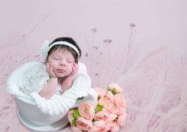Девочка с цветами на розовом фоне