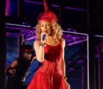Кайли Миноуг в мини-платье