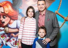 Телеведущий Федор Баландин с семьей на премьере мюзикла «Летучий корабль» / © Пресс-служба проекта