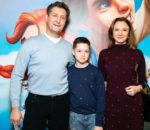 Олег Масленников-Войтов с семьей на премьере мюзикла «Летучий корабль» / © Пресс-служба проекта