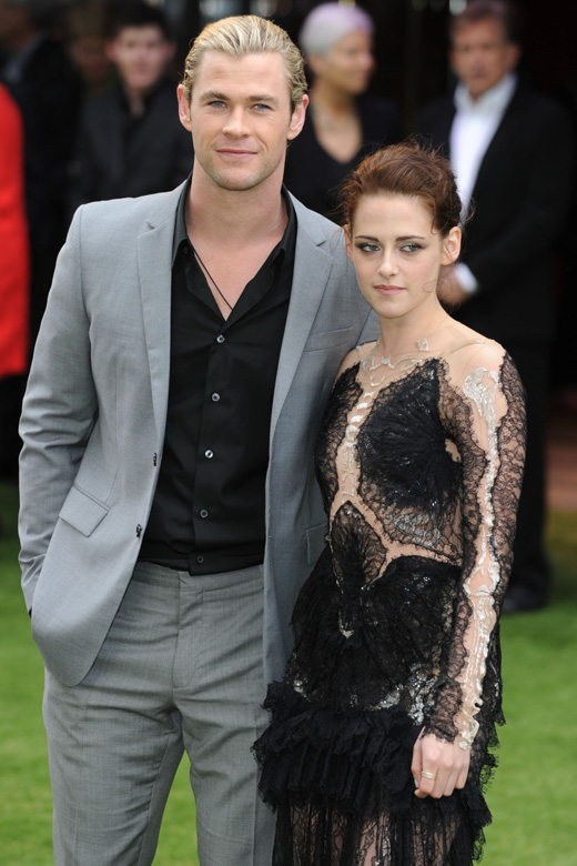 Актер Крис Хемсворт (Chris Hemsworth) и актриса Кристен Стюарт (Kristen Stewart) / Featureflash / Shutterstock.com