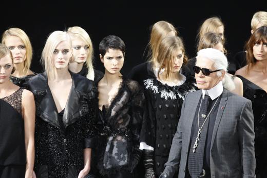 Карл Лагерфельд (Karl Lagerfeld) в окружении моделей/ © Depositphotos.com / fashionstock