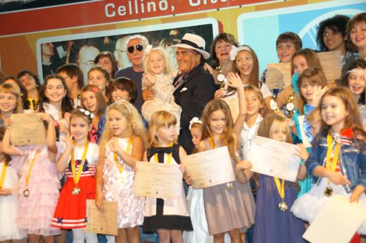 Аль Бано (Albano Carrisi) в окружении детей / © Пресс-служба артиста