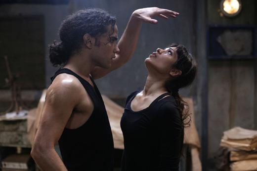 Фрида Пинто (Freida Pinto), Рис Ричи (Reece Ritchie), кадр из фильма «Танцующий в пустыне» (Desert Dancer) / © Пресс-служба артиста