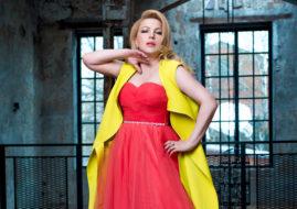 Юлия Артемова в красном платье