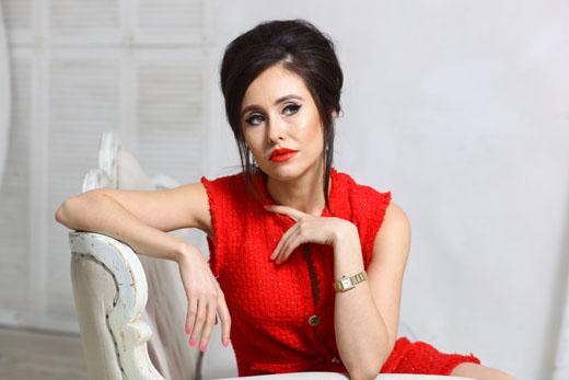 Илана Юрьева в красном платье