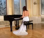 Невеста играет на пианино