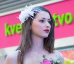 Задумчивая невеста с розой
