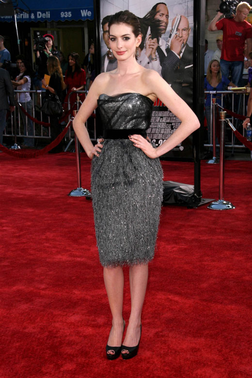 Энн Хэтэуэй в сером платье