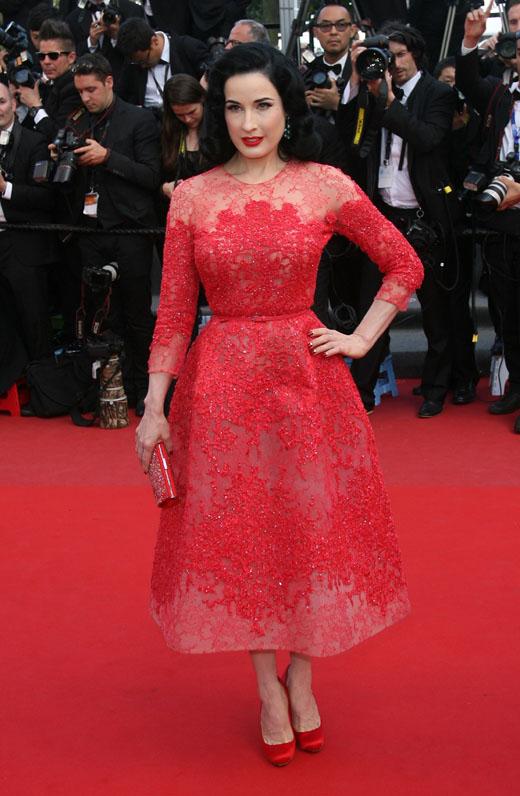 Дита фон Тиз в красном платье из кружева