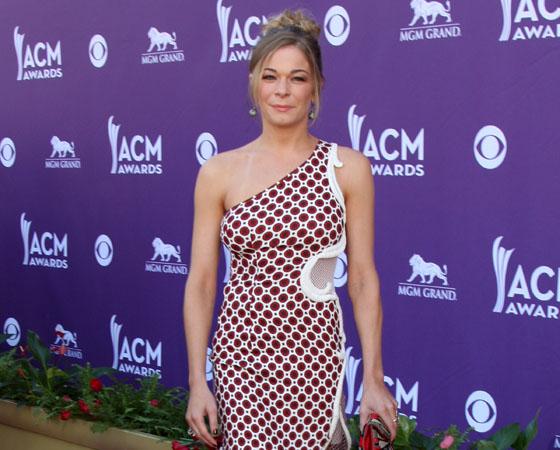 Певица Лиэнн Раймс в мини-платье на красной дорожке