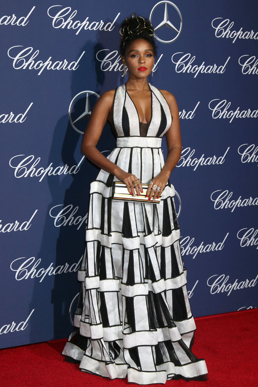 Модель Жанель Моне в черно-белом платье