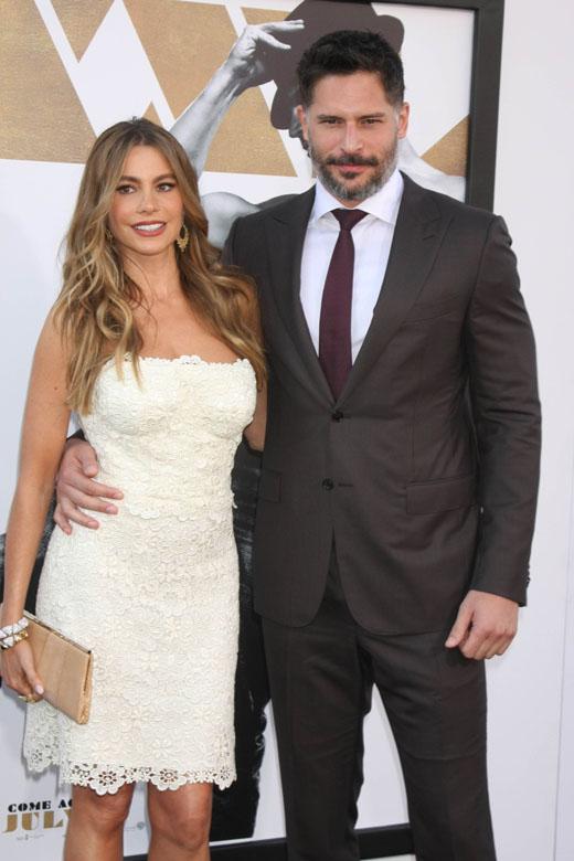 София Вергара в белом платье с мужем Джо Манганьелло