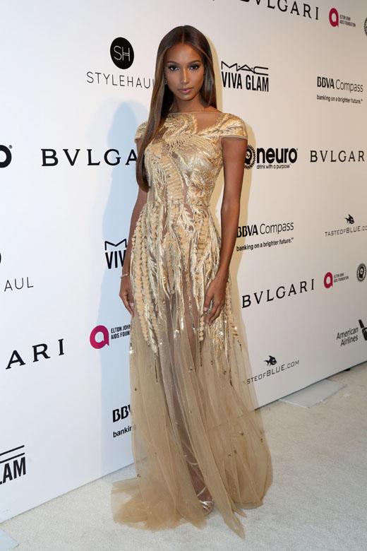 Модель Жасмин Тукс в платье цвета шампанского