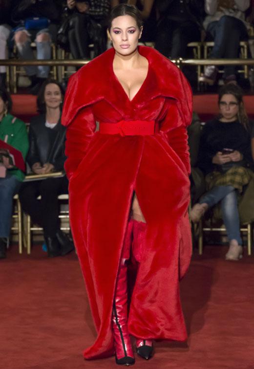 Модель Эшли Грэм в красном платье