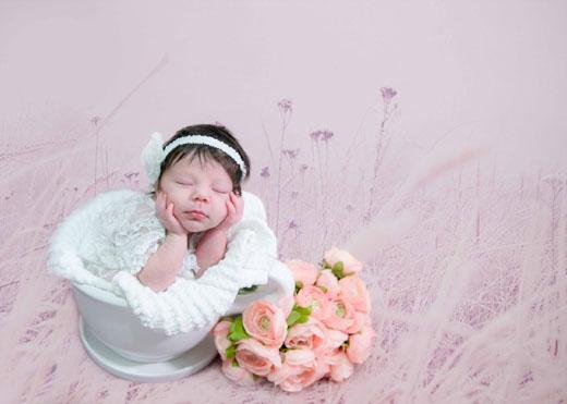 Портрет малышки на розовом фоне с цветами