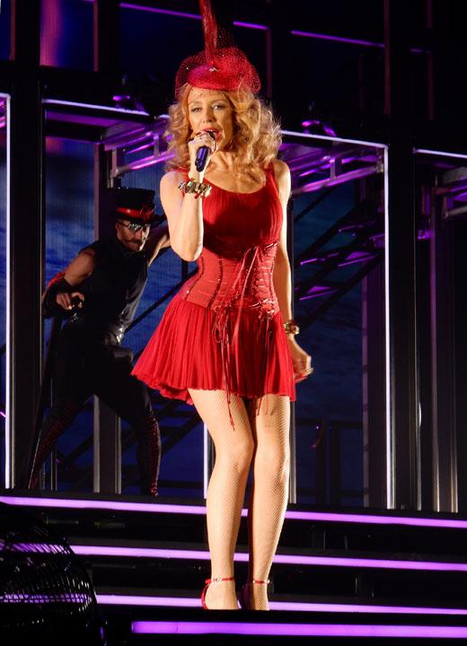 Кайли Миноуг в красном платье