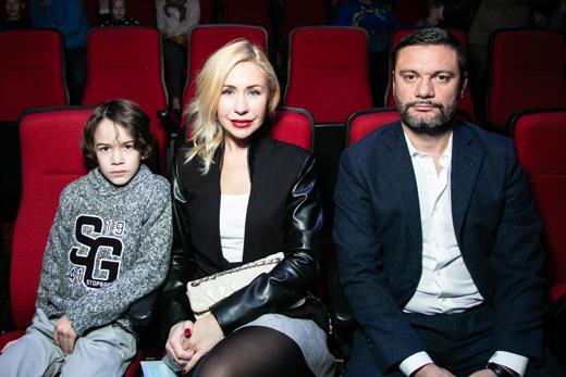 Анастасия Гребенкина с семьей на премьере мюзикла «Летучий корабль» / © Пресс-служба проекта