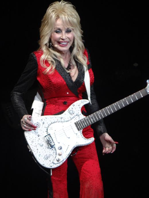 Долли Партон с гитарой