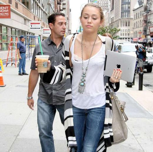 Майли Сайрус идет по улице