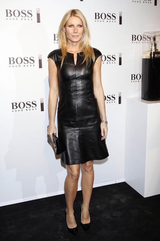 Актриса Гвинет Пэлтроу в черном платье из кожи.
