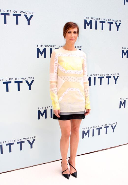 Кристен Уиг в коротком платье