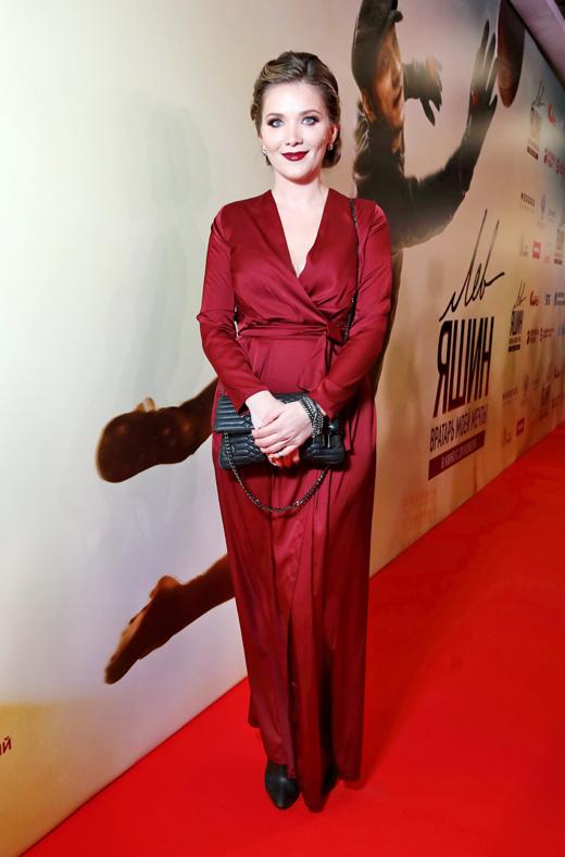 Актриса Анастасия Веденская в вишневом платье на красной дорожке